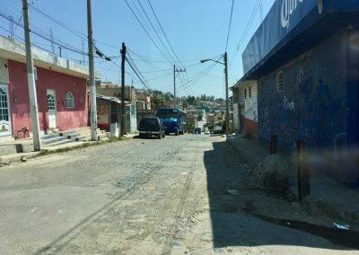 Rue résidentielle des quartiers périphériques de Zapopan, Mexique.