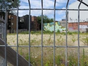 Terrain vacant au coin de St-Denis et des Pins. Crédit : MCG 2017.
