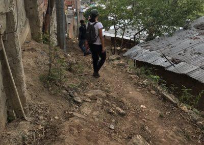 Un chemin qui longe le périmètre entre des logements formalisés et informalisés, quartier de Panorama (Colombie)