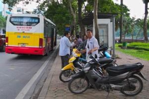Groupe de mototaxis, à proximité d'un arrêt d'autobus à Hanoi (Source : Blaise Bordeleau, 2014)